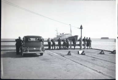 Amerika, Hamburg-American Line, people looking at ship in harbor, old car