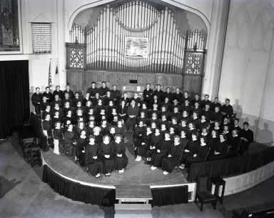 "First Baptist Church Choir. 100 voices assembled in front of pipe organ in the ""Old Church"", 4th Street and Locust Ave."